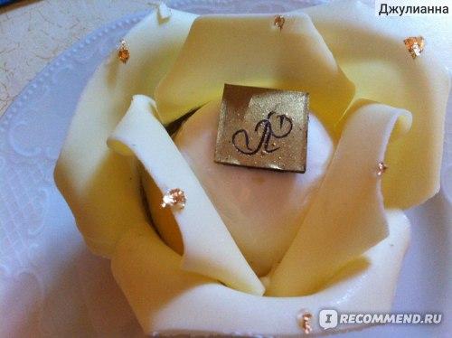 десерт с съедобным золотом и лепестками из белого шоколада