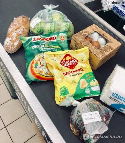 Бездрожевой хлеб, фермерские яйца, овощи для жарки, вареники, яблоки, салат из свеклы, салфетки
