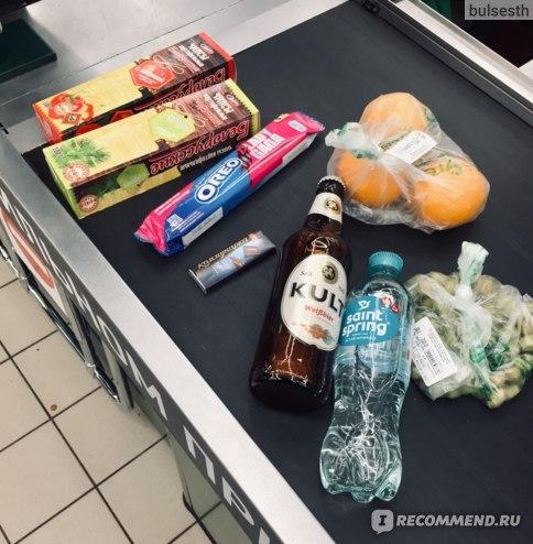 Чипсы по вегану, печенье, горький шоколад (это маме), апельсины, арахис в оболочке «васаби», нефильтрованое пиво, вода