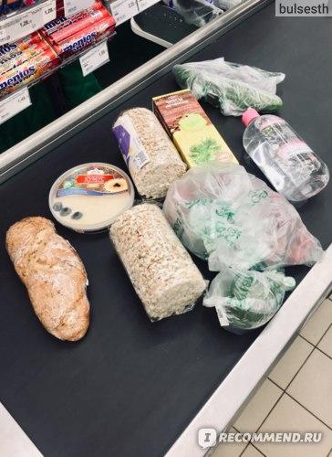 Бездрожевой цельнозерновой хлеб, рисовые хлебцы, хумус, авокадо, огурец, замороженная клубника, чипсы, мицеллярная вода