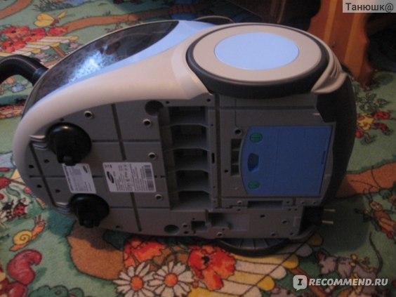 На дне пылесоса есть отсек для еще одного фильтра. Внимание! При покупке его там установлено не было! Но он был в комплекте!!!
