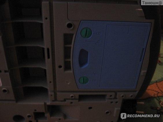 """Чтобы открыть крышку, нужно повернуть """"-"""" отверткой эти зеленые фиксаторы, похожие на болты, на 90 градусов оба. Здесь уже повернуты."""