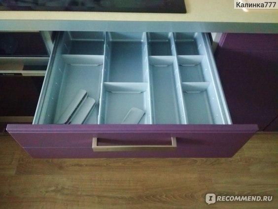 Ящик для столовых приборов с перегородками, которые можно переставлять,  по своим размерам.