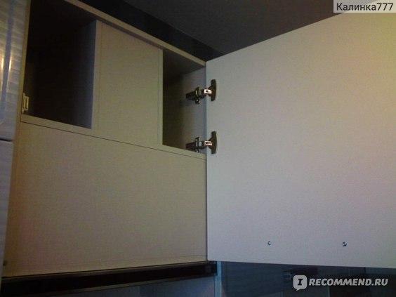 Стандартный фабричный  закрытый шкаф  под вытяжку. Смирились, и не пользуемся.
