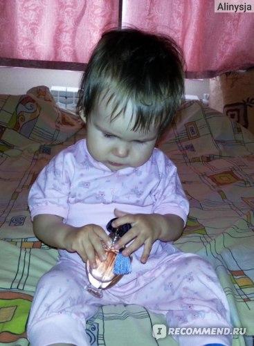 Даже дочурка заинтересовалась флакончиком!
