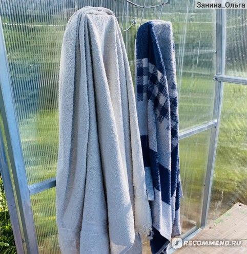 Прямо внутри теплицы имеется скамейка и вешалка с полотенцами