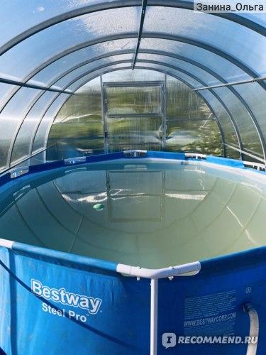 На поверхности плавает дозатор-поплавок для хлорных таблеток