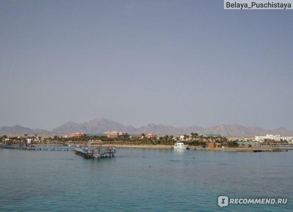 Вид на отель и пирс с моря