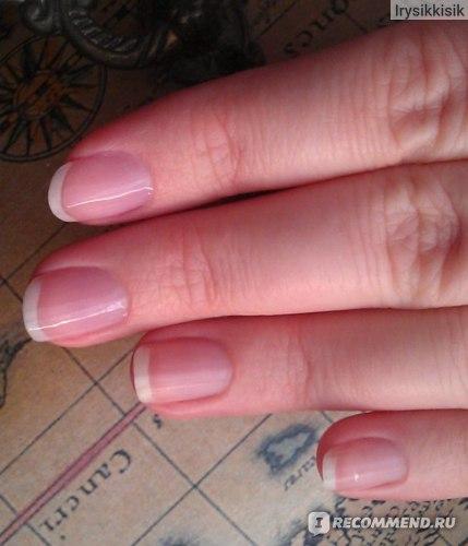 Эффект Nail Glow на ногтях. Два ноготочка накрашены, два - нет.