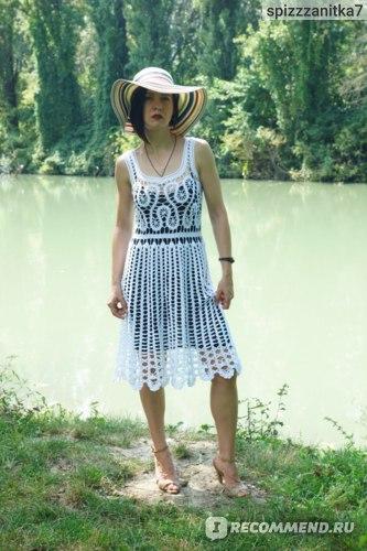 Платье связано крючком из хлопковой пряжи.