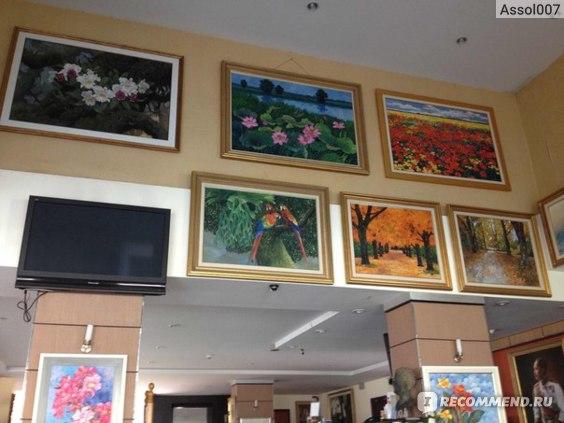 В холле картины тайских художников