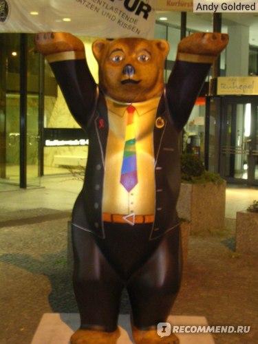 Берлинский медведь с радужным галстуком