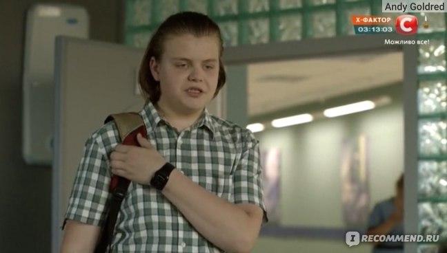актёр Артемий Савостьянов в роли Толика одноклассника Ильи в сериале Красные браслеты 2017