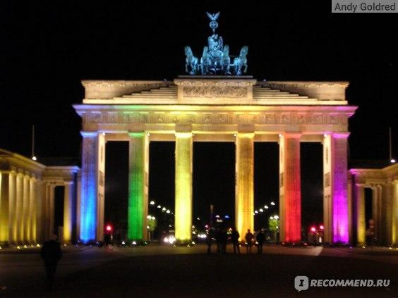 Триумфальная арка в Берлине ночью с цветной подсветкой