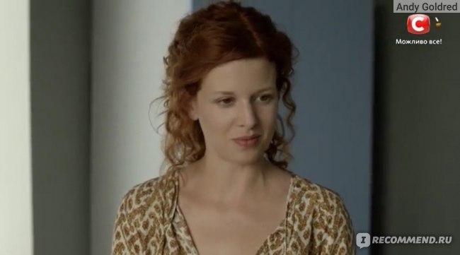 актриса Каролина Грушка в роли Аси мачехи Ильи в сериале Красные браслеты 2017