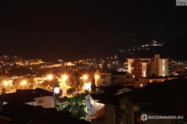 Вид с нашего балкона на самый большой клуб в Балканах Топ Хилл.