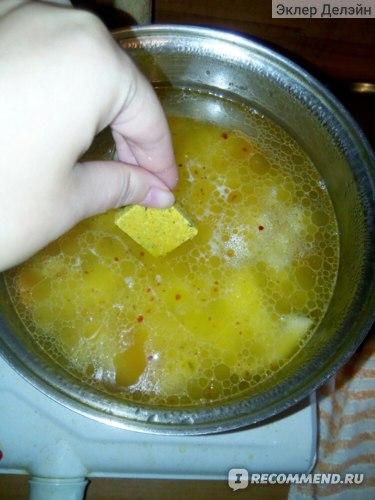 Потом кладу картошку с кубиком, заливая кипятком и варю ещё 10 минут