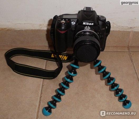 Вот так держит Nikon D90