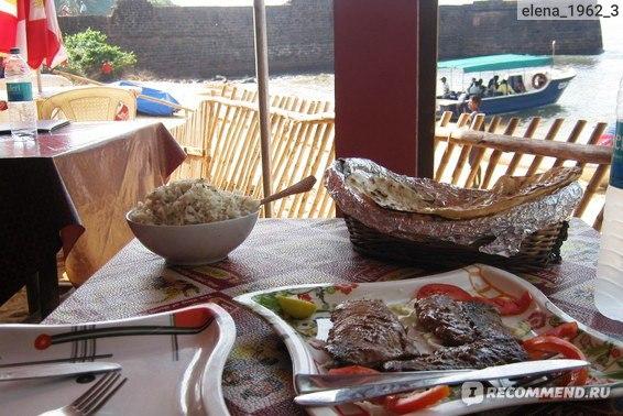 Это мы в кафе на соседнем пляже Синкуэрим, заказали тунца.