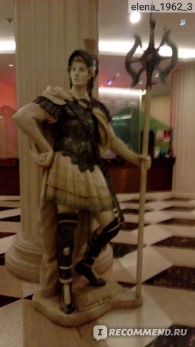 Внутри все в римском стиле.