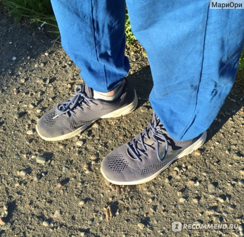 Кроссовки Demix Magus на улице при солнечном свете