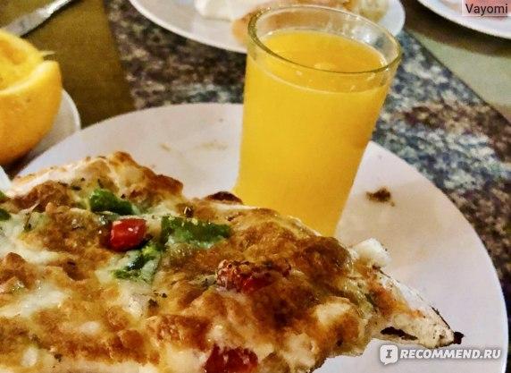Пицца овощная и свежевыжатый сок.