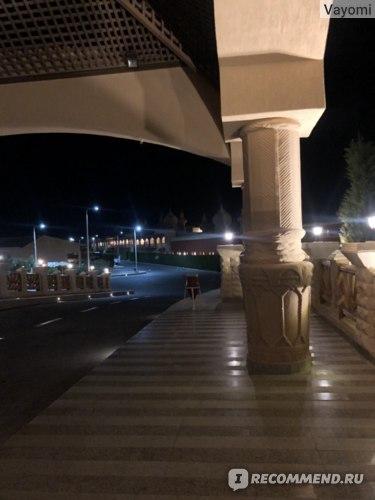 это вход в ресепшн, как видите, видно, что и далее по дороге всё как следует освещено