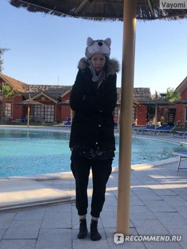 утром в Египте очень холодно - сделали с мужем вот такое ржачное фото перед прыжком в бассейн