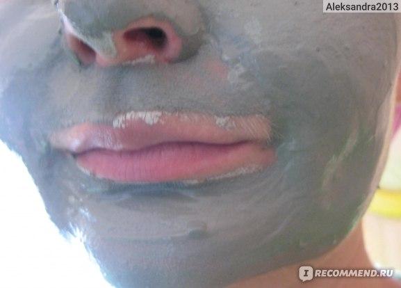 вид с глиной на лице
