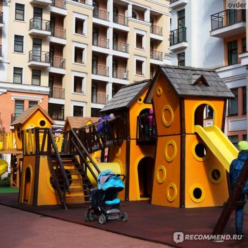 Детская площадка находится на той же стороне, что и Ратуша. Вход бесплатный.