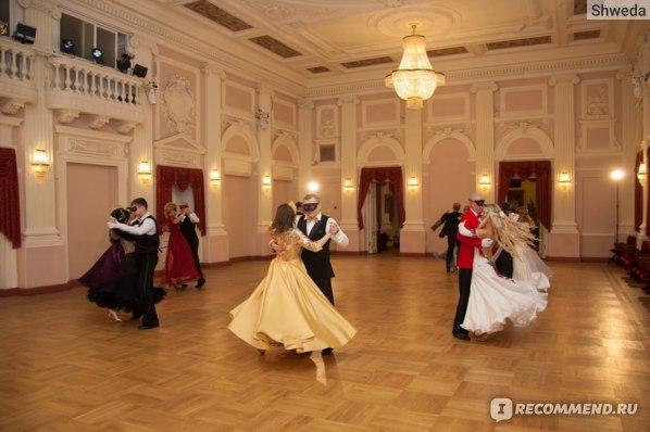 Бальное платье в танце
