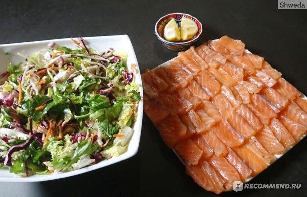 Лосось слабой соли и салат из смеси зелени