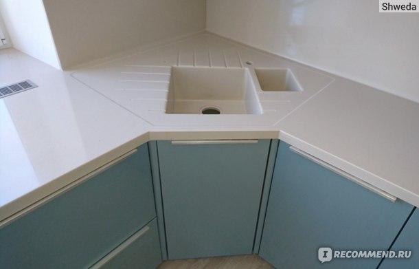 Кухонная мойка в процесссе монтажа