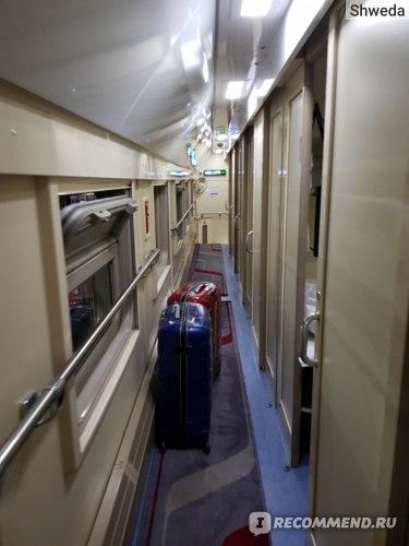 Узкие коридоры на втором этаже поезда Ростов - Адлер