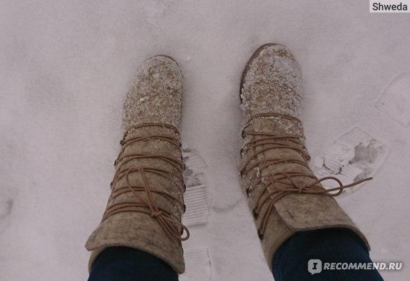 Валенки в снегу