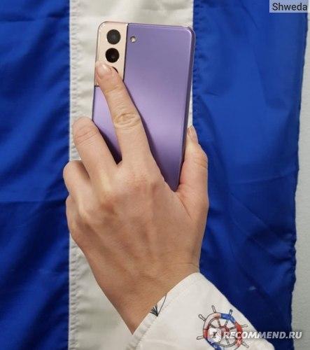 Палец на камере