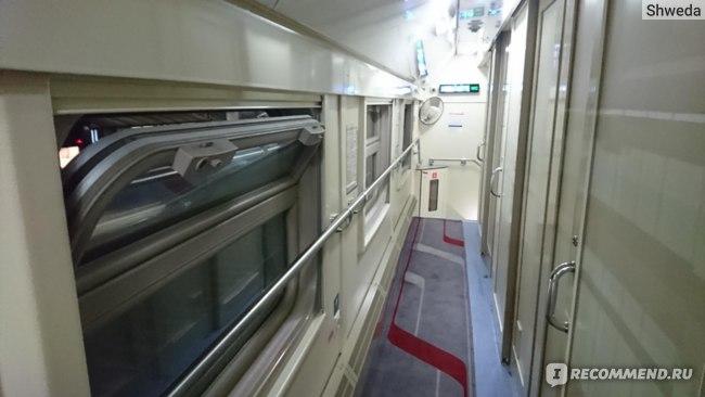 Открытая форточка в вагоне поезда