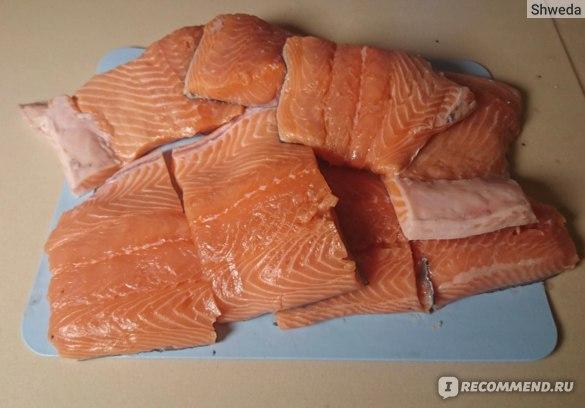 Куски филе лосося, подготовленные к засолке