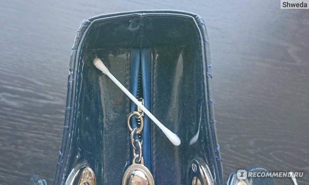 Избавление от пыли с помощью ватной палочки
