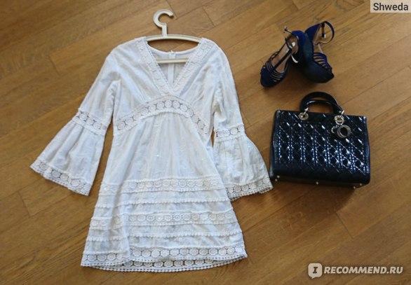 Кружевное платье и объемная сумка