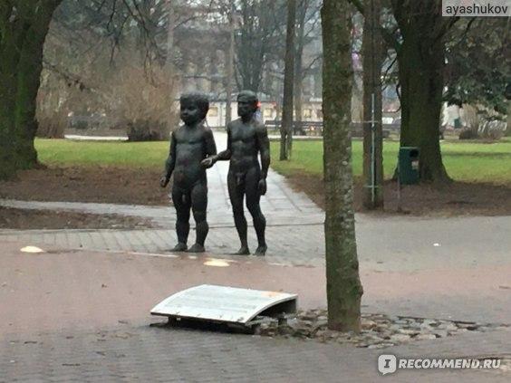 "Скульптура ""Отец и сын"" в Тарту"