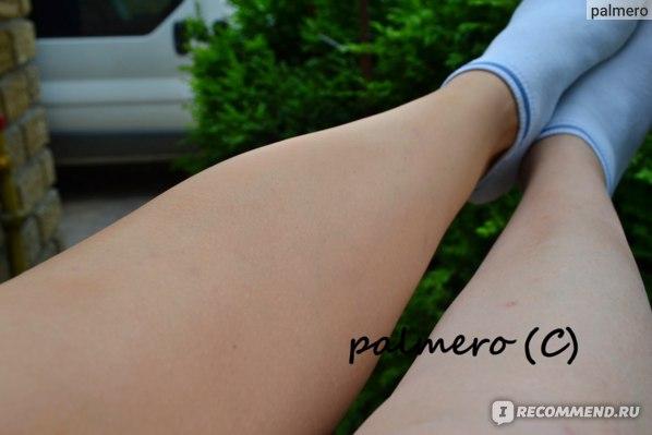 Слева на фото - спрей для ног с оттенком загара Sally Hansen; справа - нога без покрытия