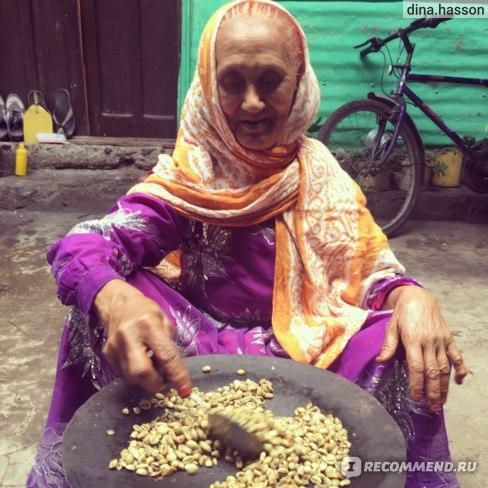 Это моя бабушка обжаривает кофе в Эфиопии.