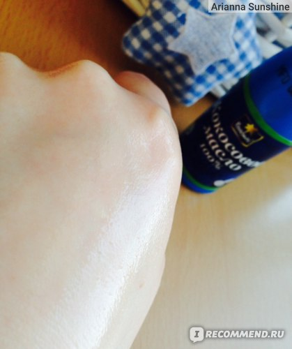 кокосовое мало блестит на руке )