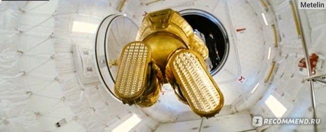 Выход астронавтра через люк в космос