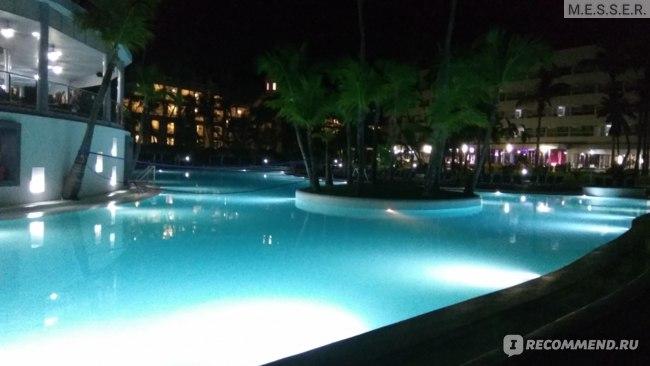 Ночной вид на бассейн
