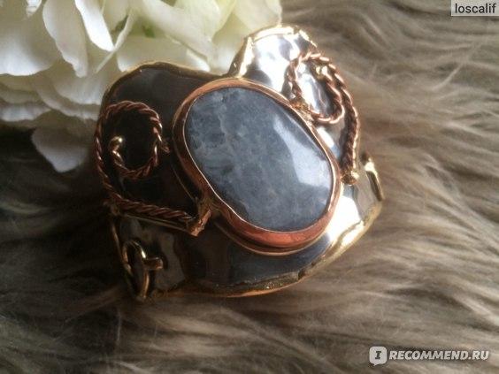Декоративные элементы на браслете в разных оттенках: золото и медь