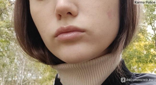 Тончайший слой нанесенный подушечкой пальца и капля масла для губ.