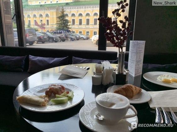 Завтрак с видом на театр.