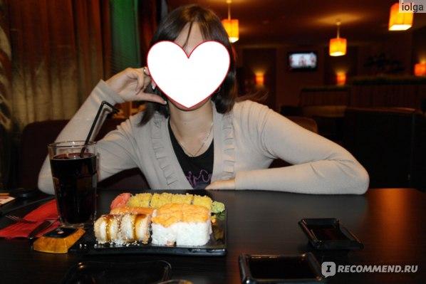На столе возле тарелочки можно увидеть кнопку вызова официанта - очень удобно